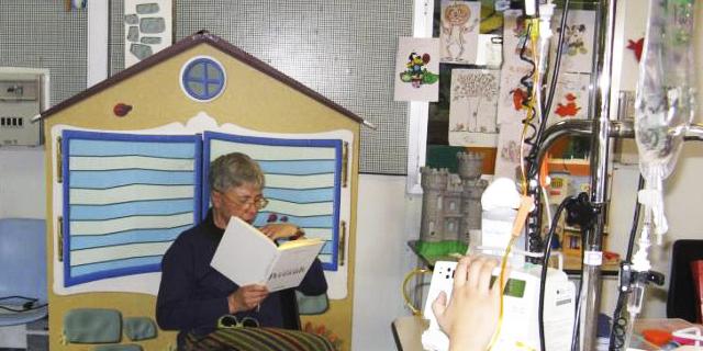 Ottavia Piccolo interpreta le favole di Perrault ai bambini ricoverati nel reparto di pediatria del San Gerardo